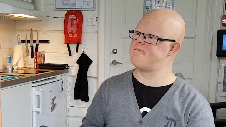 24-årige Marcus Berg säger att tal med teckenstöd är en viktig del för honom att kommunicera med omgivningen.