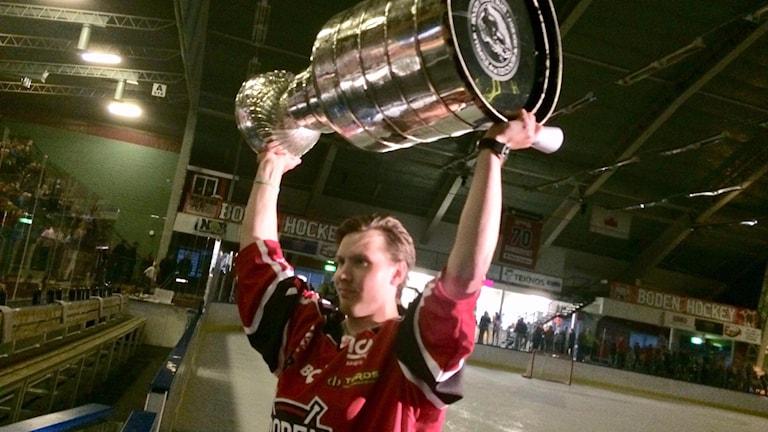 Oscar Sundqvist med Stanley Cup bucklan