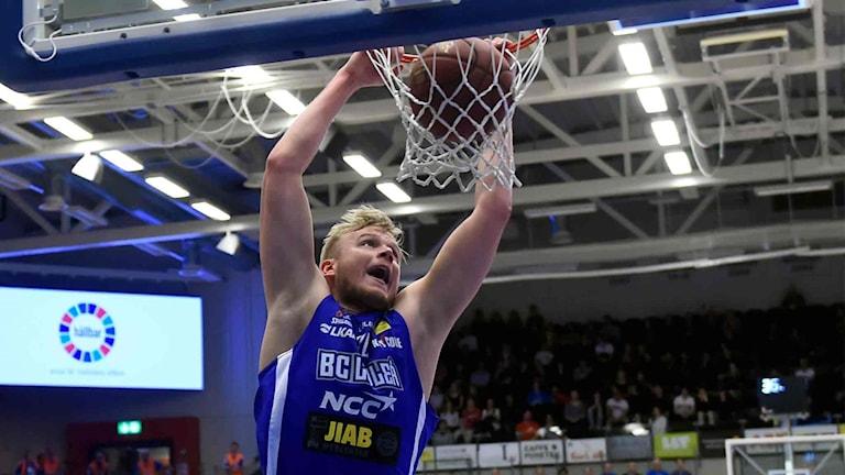 BC Luleås Anton Saks mot Umeå i basketligan.