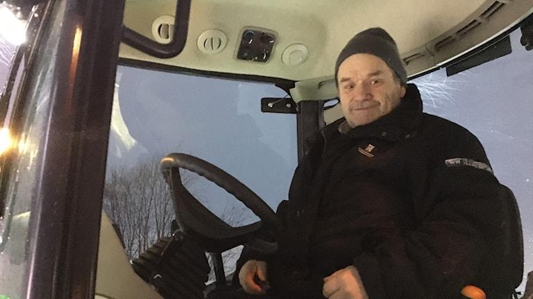 Christer Isaksson jobbar med att få isbanan redo så snabbt som möjligt.