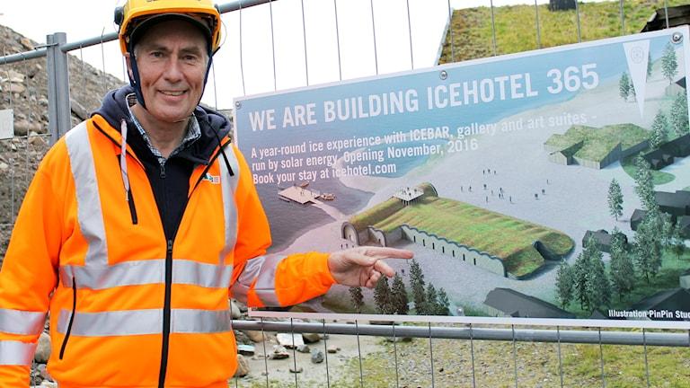 Yngve Bergqvist, vd på Icehotel, visar hur det permanenta ishotellet ska se ut.