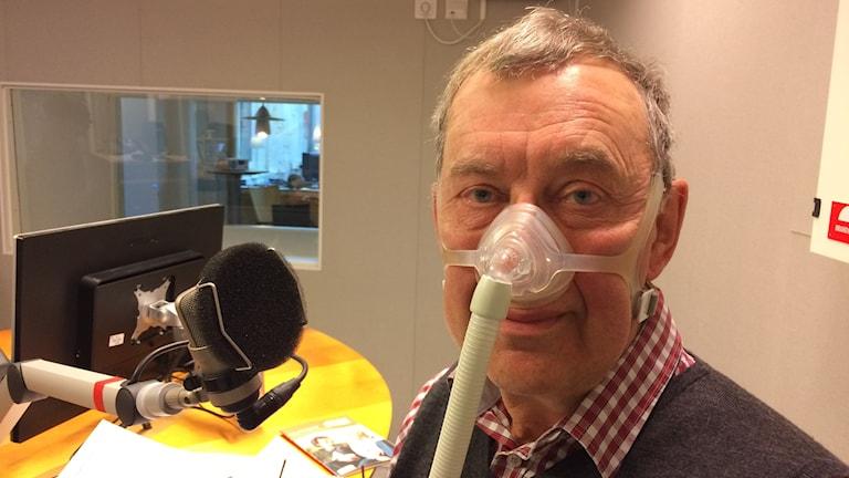 Per-Arne Standar i andningsmask. Foto: Tova Nilsson/Sveriges Radio
