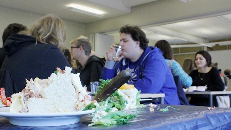 Tårtkalas på rymdcampus i Kiruna när civilingenjörsutbildningen i rymdteknik firade 20 år.