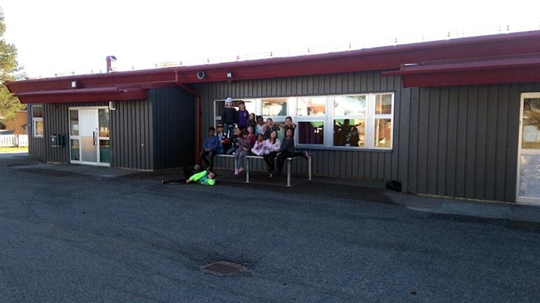 Elever utanför Västra skolan i Jokkmokk.