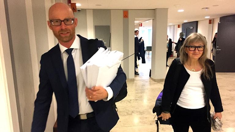 Åklagarna Niklas Jeppsson och Inga-Lis Adervall Åström lämnar förhandlingarna på fredagen.