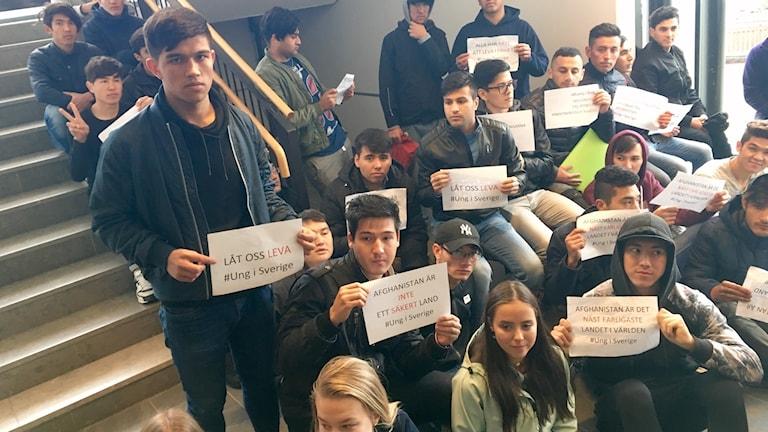 Abdullah Amiri, till vänster, är en av de som deltagit i sittstrejken på gymnasiet i Luleå.