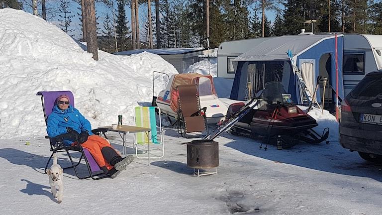 Veckans bild är fotad i Kanis. Åsa Landstedt och dvärgpudeln Arne njuter av solstrålarna utanför husvagnen i Kanis.