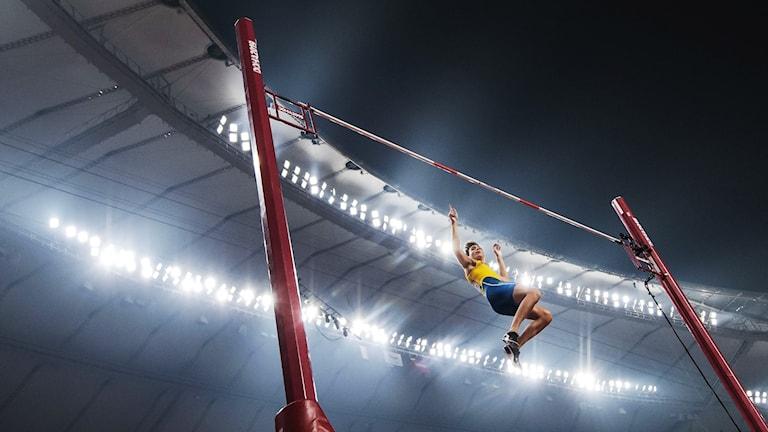 Världsrekordhållaren i stavhopp Armand Duplantis flyger över ribban.