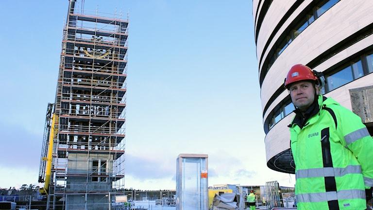 LKAB:s projektledare Johan Mäkitaavola framför klocktornet och det nya stadshuset i Kiruna.