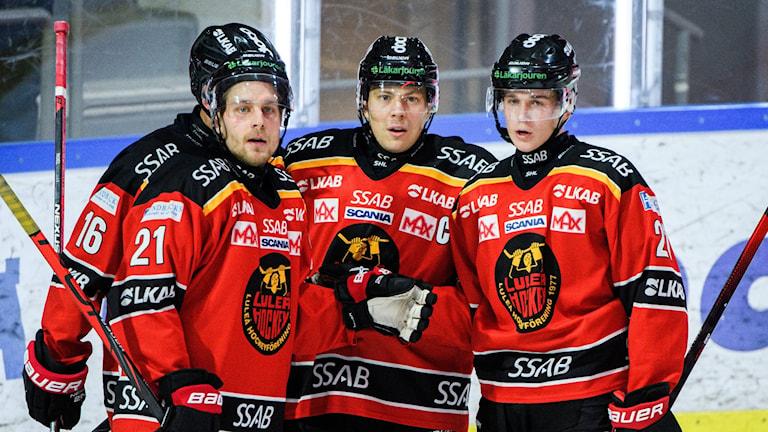 Erik Gustafsson en av Luleås målskyttar firar sitt 3-0-mål.