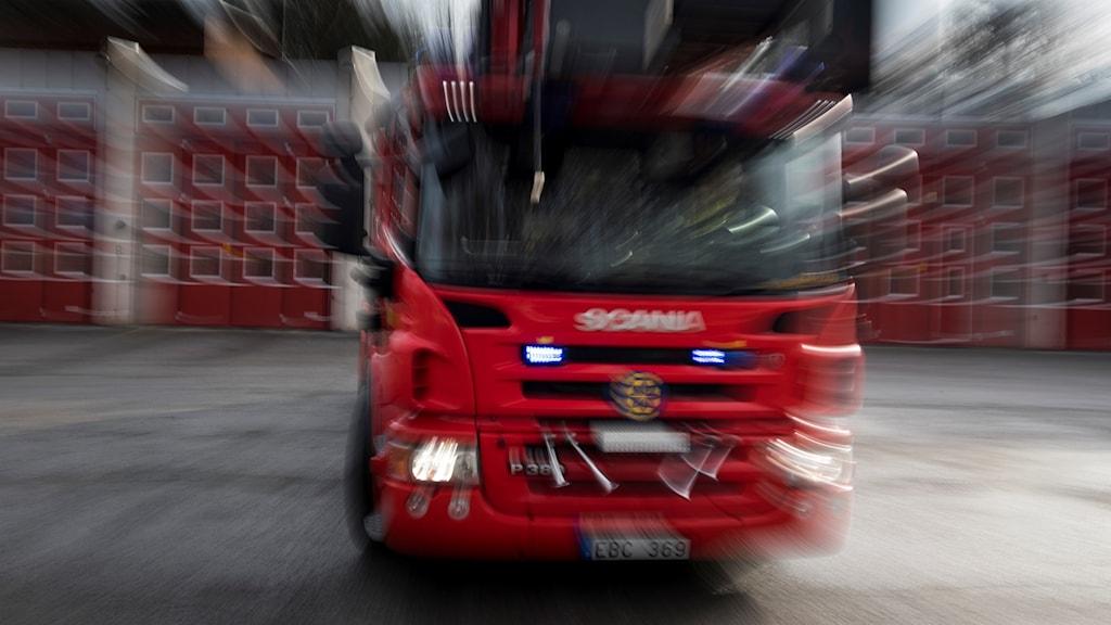 En brandbil rycker ut.