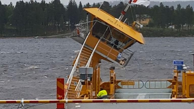 Hytten på färjan Paulina, på Bohedenleden, störtar. Nedanför ser man kaptenen Johan Lindqvist.