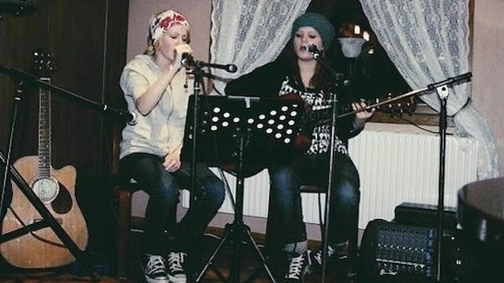Sanna Kalla och Rebecka Digervall under sin första spelning på Café Nova i Pajala 2007.
