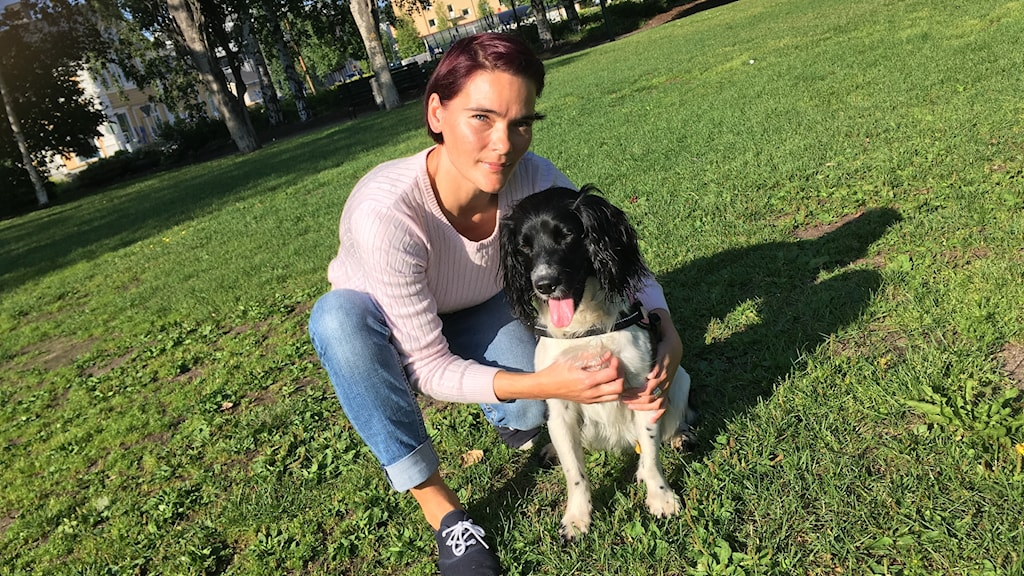 Camilla Fagervall med hunden Lexi.