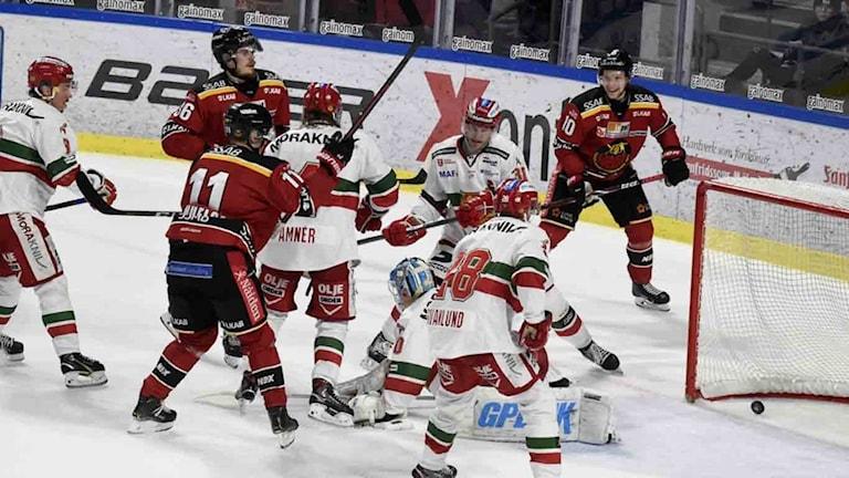 Luleå Hockeys Emil Larsson gör mål mot Mora i SHL