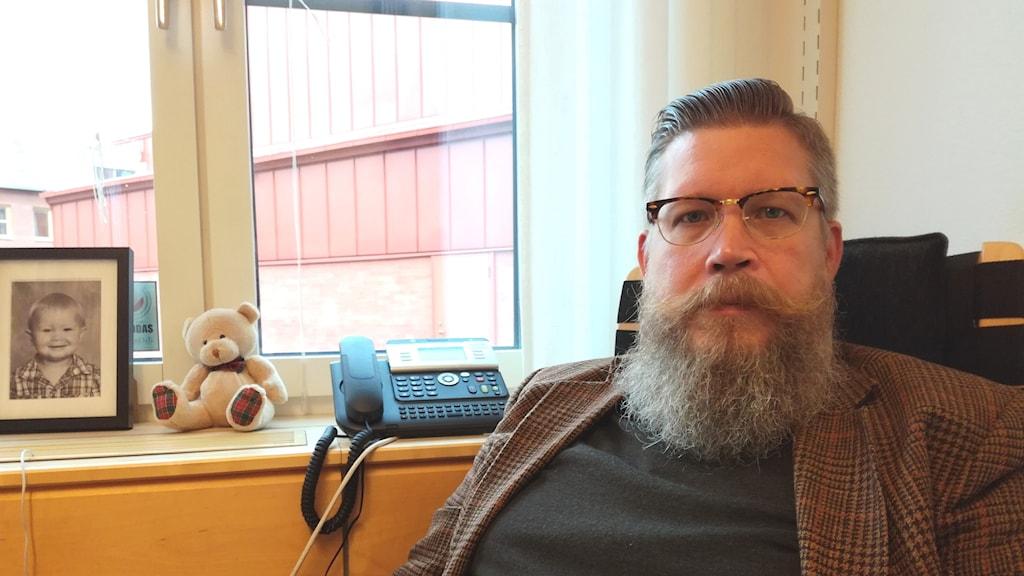 Simon Matti, professor i statsvetenskap, i sitt arbetsrum på Luleå tekniska universitet