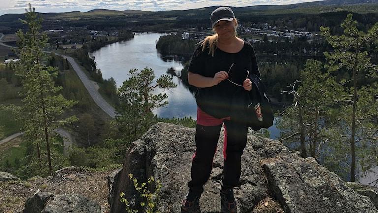Erika Gadd vid klippan på hundberget. Foto: Privat