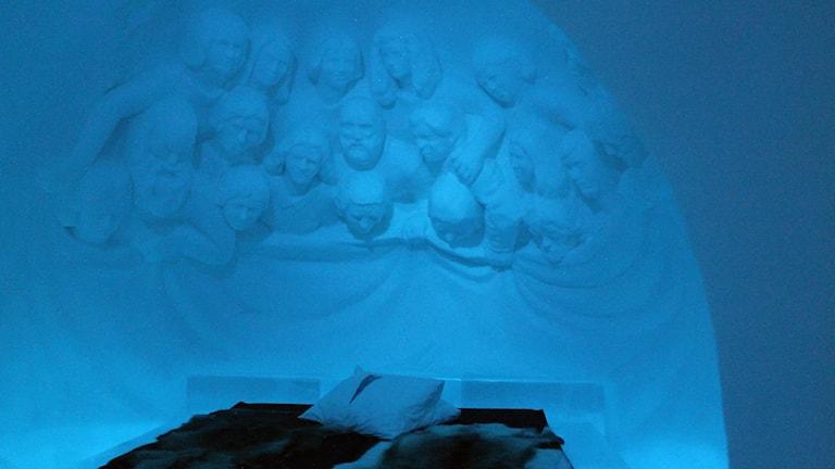 Att sova med publik i ishotellet i Jukkasjärvi.