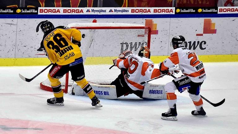 Emil Larsson med ett vackert mål