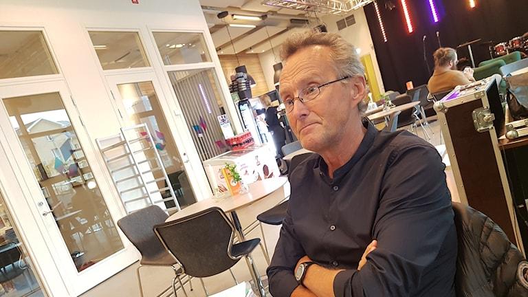 Stefan Lundström sitter vid ett bord på Kaleido i Piteå.