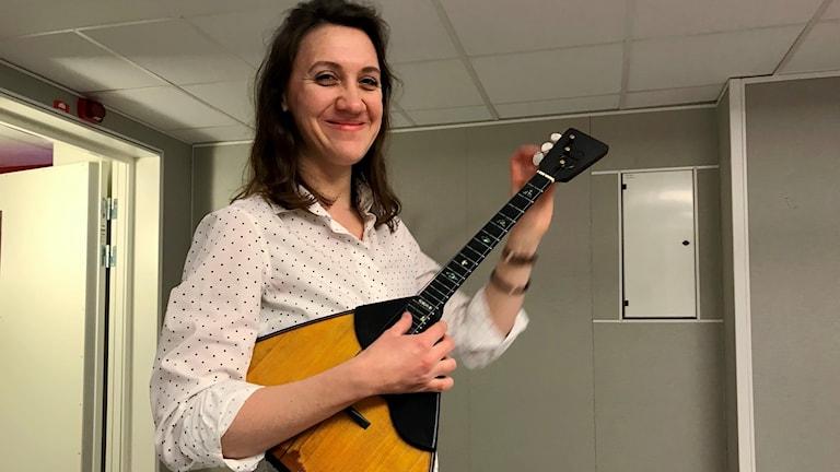 Natalya Ivanova, musiker, tillsammans med sin balalajka.