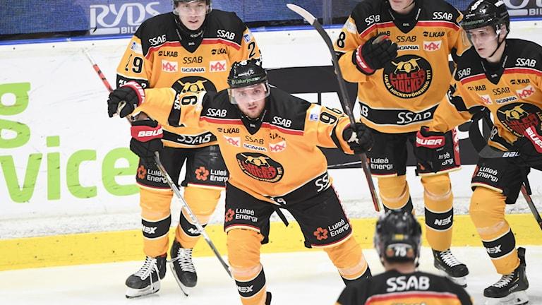 Luleås Robin Kovacs jublar efter kvittering 1-1 under torsdagens ishockeymatch i SHL mellan Djurgårdens IF och Luleå HF på Hovet.