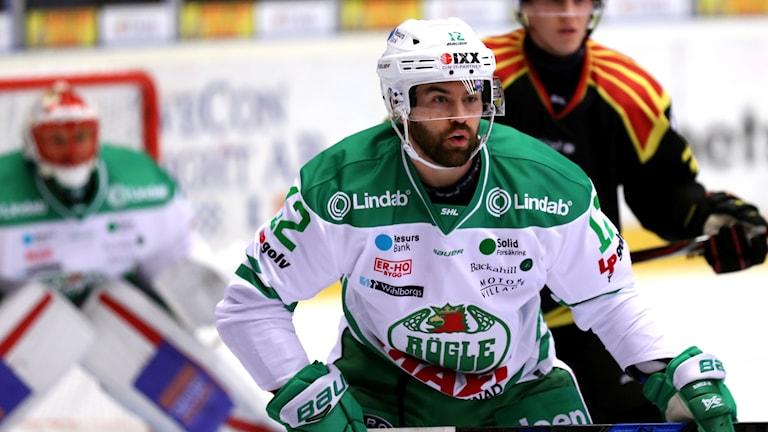 En ishockeyspelare, Jack Connolly, under match med Rögle.