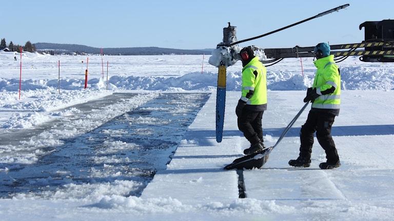 Isen sågas ut till Ice hotell i Jukkasjärvi.