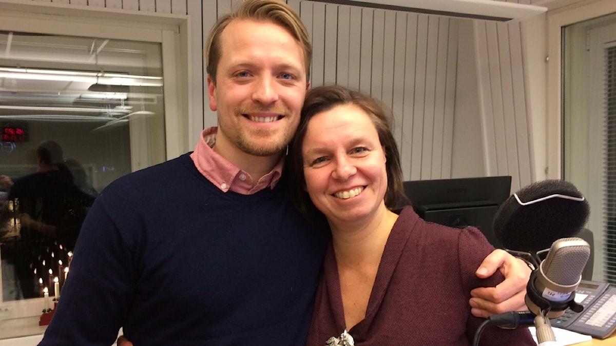 Calle Norrbin och P4 Norrbottens Lena Callne i studion.