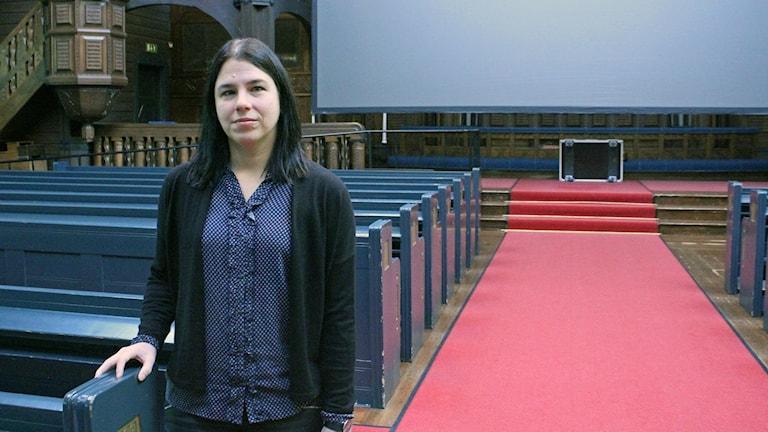 Alexandra Pilakouris spelar på orgeln när det visas stumfilm i Kiruna kyrka.