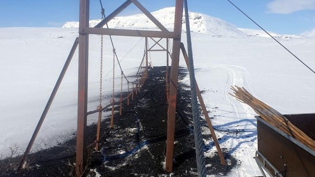 Naturbevakare har lagt ut kol på den översnöade hängbron över Vuoruojuhka på södra Kungsleden.
