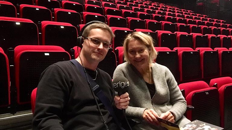André Pettersson intervjuar skådespelaren Cecilia Nilsson i salongen på Norrbottensteatern