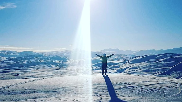 Dennis Forsling hälsar solen välkommen