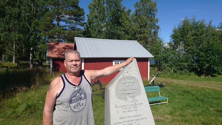 Kaj Johansson vid minnesstenen utanför säljaktsmuseet i Mörön.