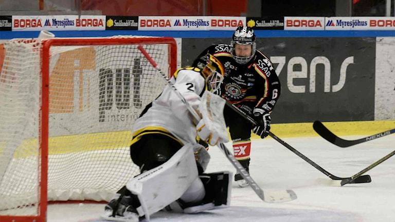 Luleå Hockey/MSSK:s Jenni Hiirikoski mot Brynäs målvakt Sara Grahn.