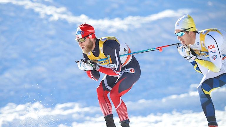 Marcus Hellner bakom Martin Johnsrud Sundby under den andra etappen i Tour de Ski.