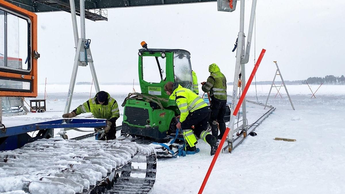 Traktor bärgas vid Bergnäsbon i Luleå.