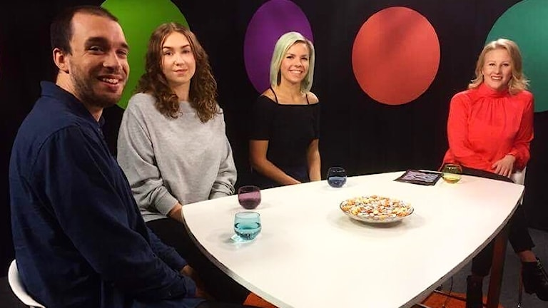 Ida Brännström (längst till höger) leder talkshowen Konkkaronkka.