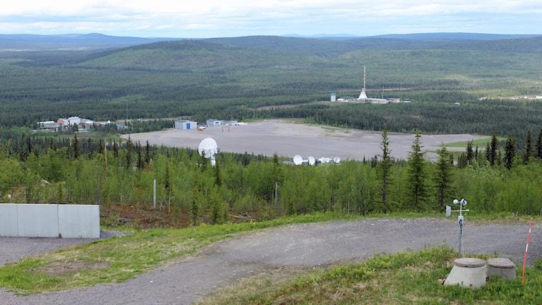 Esrange utanför Kiruna. I mitten av bilden syns fältet där ballongsläppen sker. Längre bort syns raketuppskjutningsplatsen.