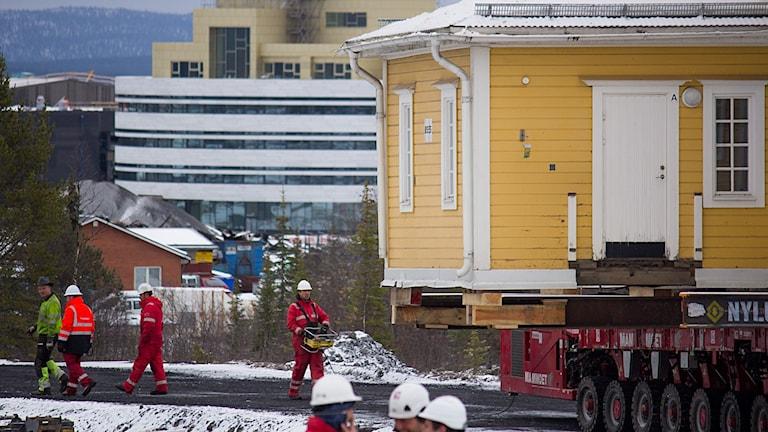 Ett av husen från den så kallade Gula raden flyttas till en plats nära nya centrum i Kiruna.