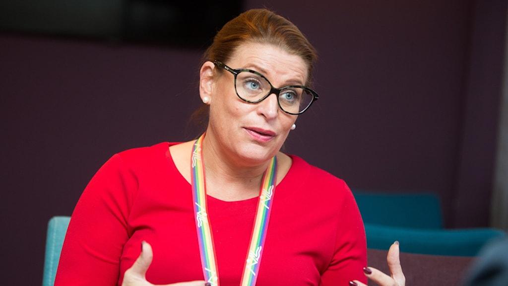 Regionrådet Linda Frohm med röd tröja och glasögon