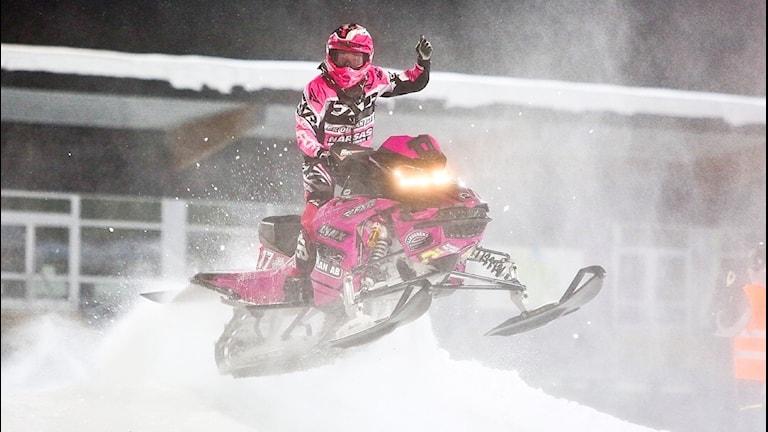 Elina Öhman på snöskoter