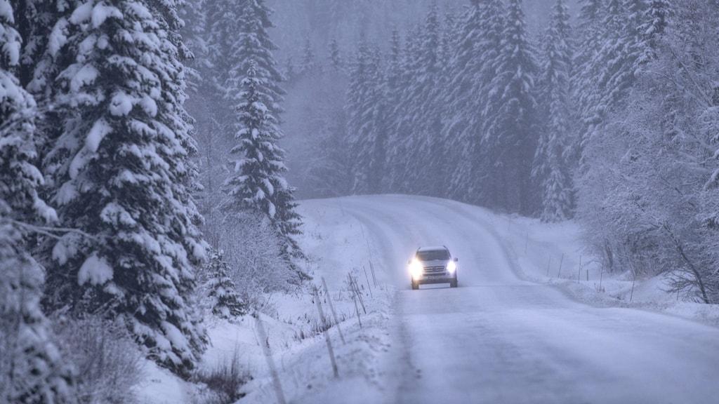 en bil som kör på vinterväglag