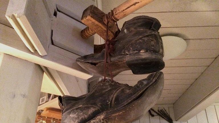 Ralph Lundstens skor hänger vid bardisken i restaurangen i Ersnäs.