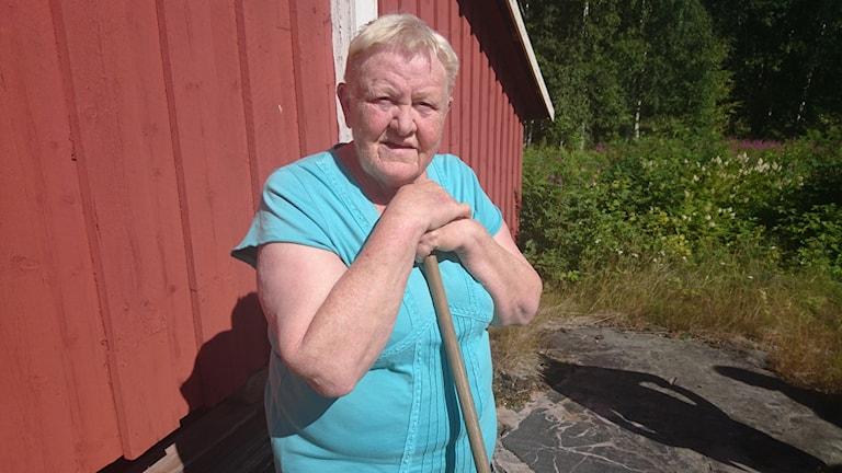 Eina Larsson på sin gård i Mörön.