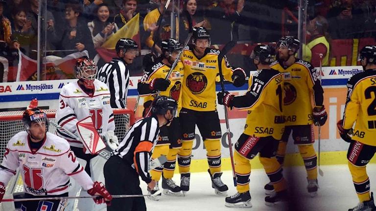 Luleå firar mål mot Örebro.