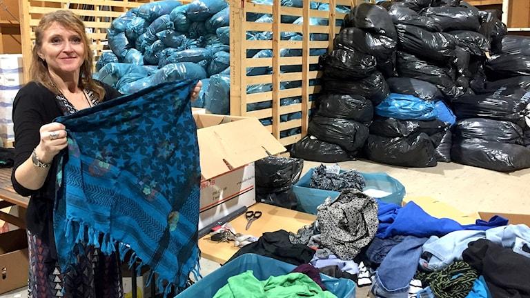 Upp emot femton ton tectilier skickas vidare till återvinning i Tyskland varje månad, berättar Ann-Helen Eriksson, butikschef på Röda Korset