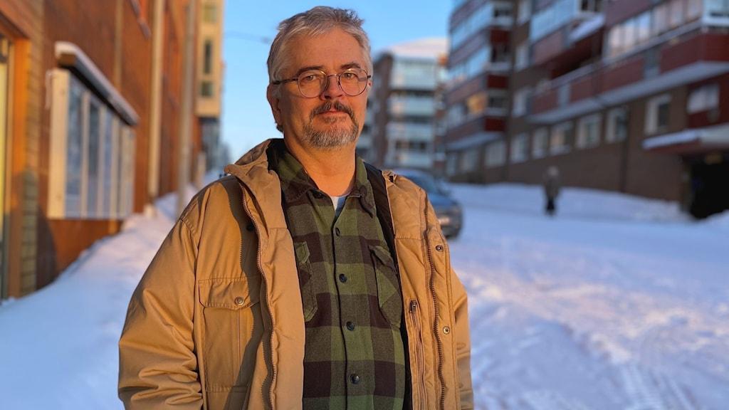 Smittskyddsläkaren Anders Nystedt ser allvarlig ut, står utomhus i stadsmiljö vintertid.