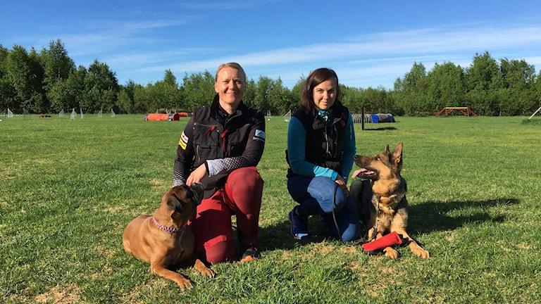 Cecilia rönnbäck och Sandra Wallgren med sina hundar.