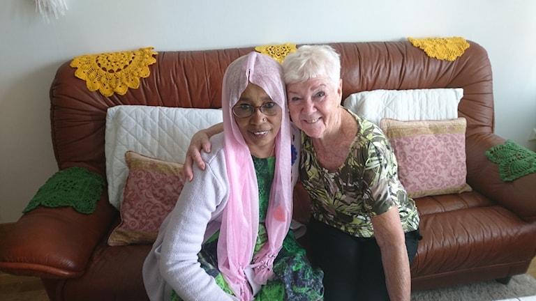 Khadija Tirey och Ulla Lundkvist håller om varandra.